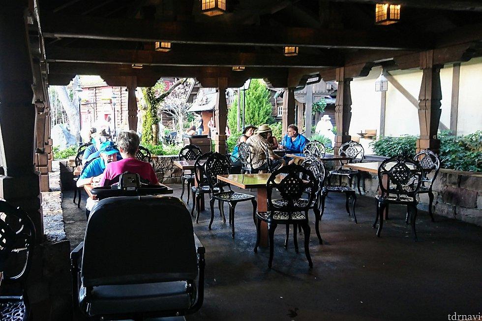 ワールドショーケースでは貴重な日陰のダイニングスペース。お昼時は混雑しているので、時間をずらすといいかも。