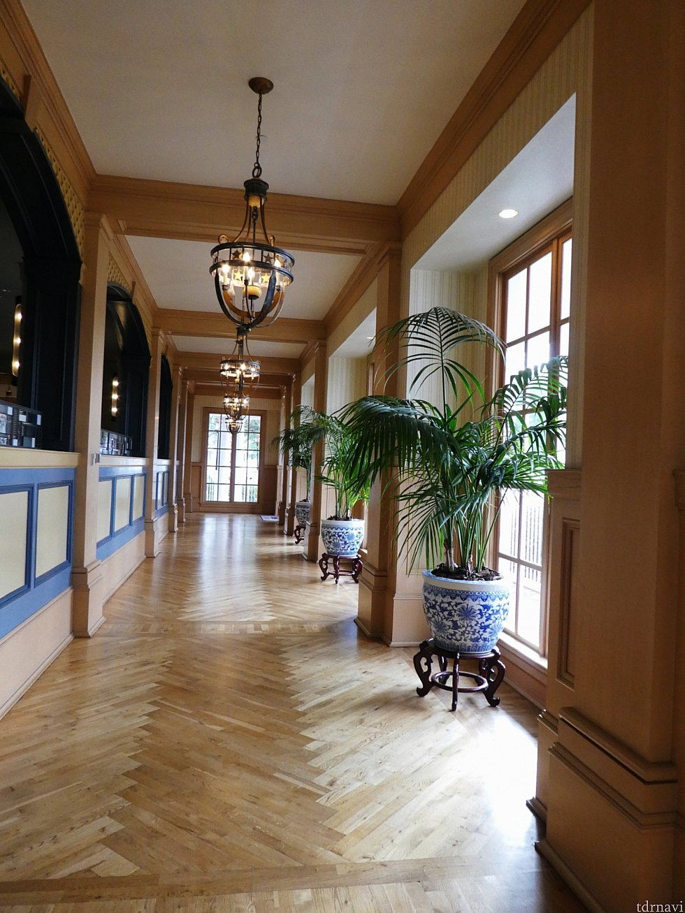 ヨットクラブのロビーを抜け、素敵な廊下を通ってビーチクラブへ行くことができます。