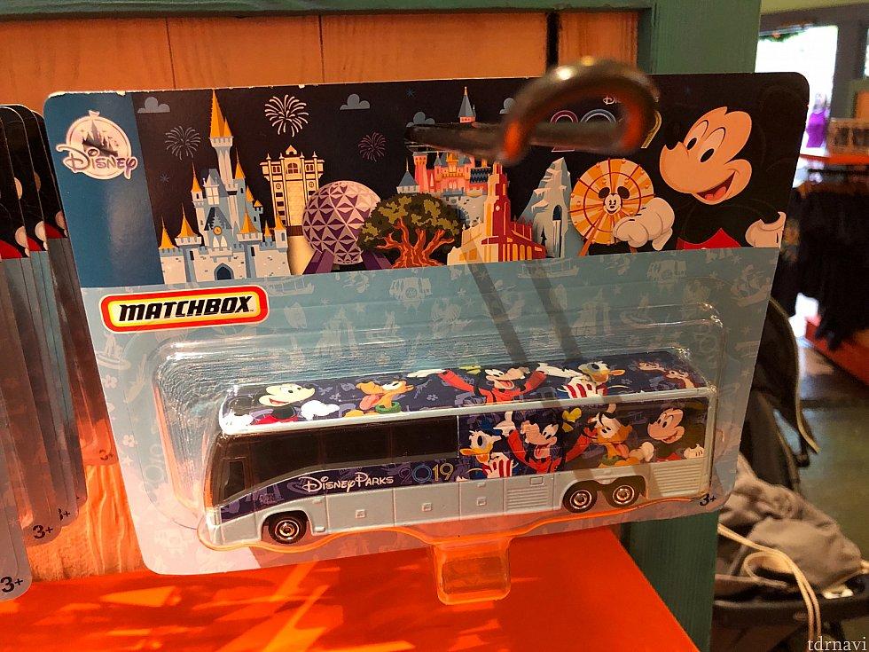 オモチャのバス。