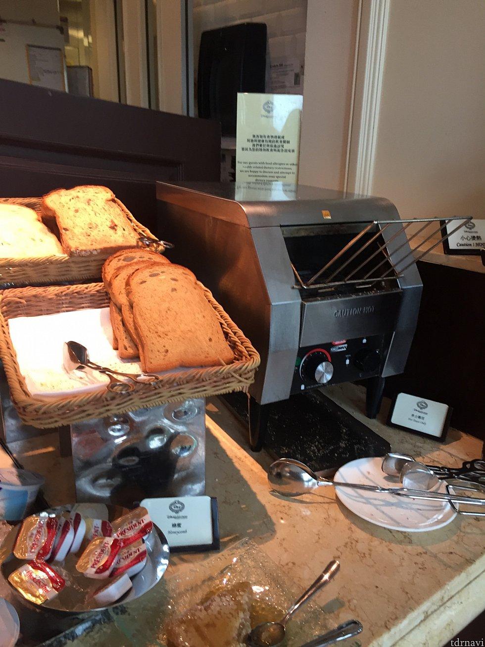トーストは10枚切りほどの薄さでしたが色々な種類を食べるには良いかも✨