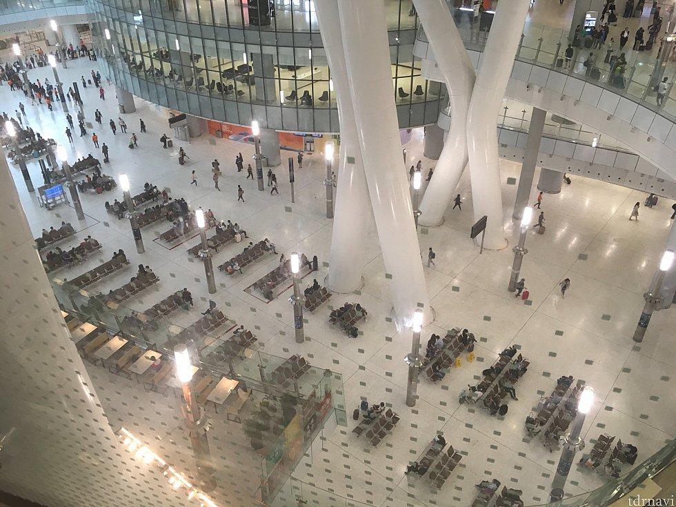 上層階より下を…日本の新幹線の駅にはない開放感!