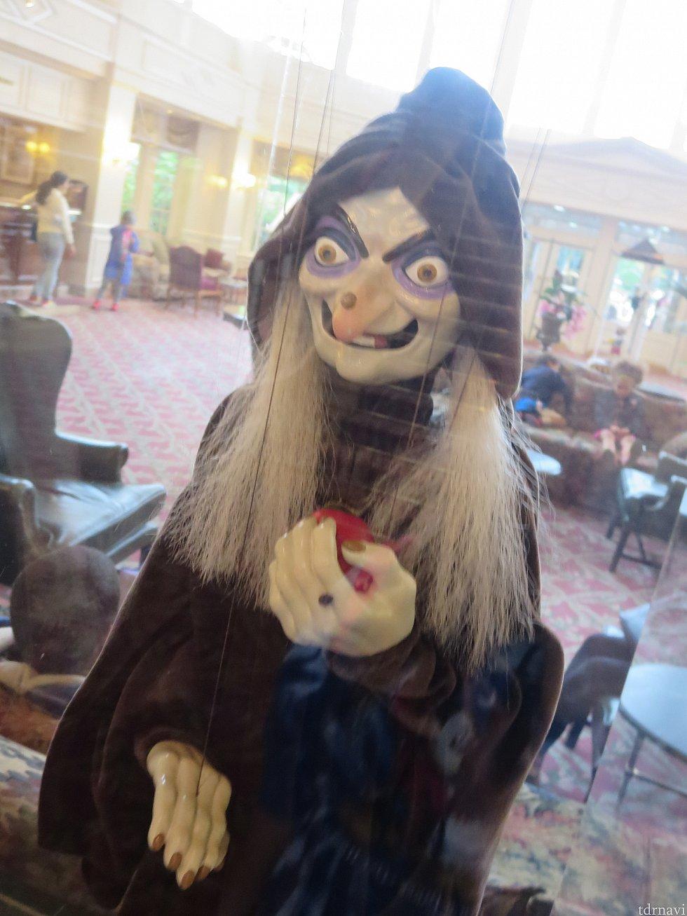 ホテルロビーにある人形。なぜこれをチョイスしたのか。笑