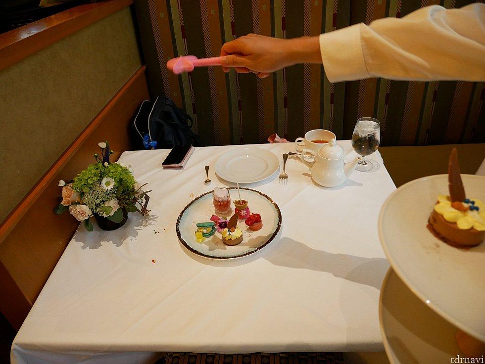 提供時に魔法をかけてくれます。 デザートは全体的に甘すぎて震えました...