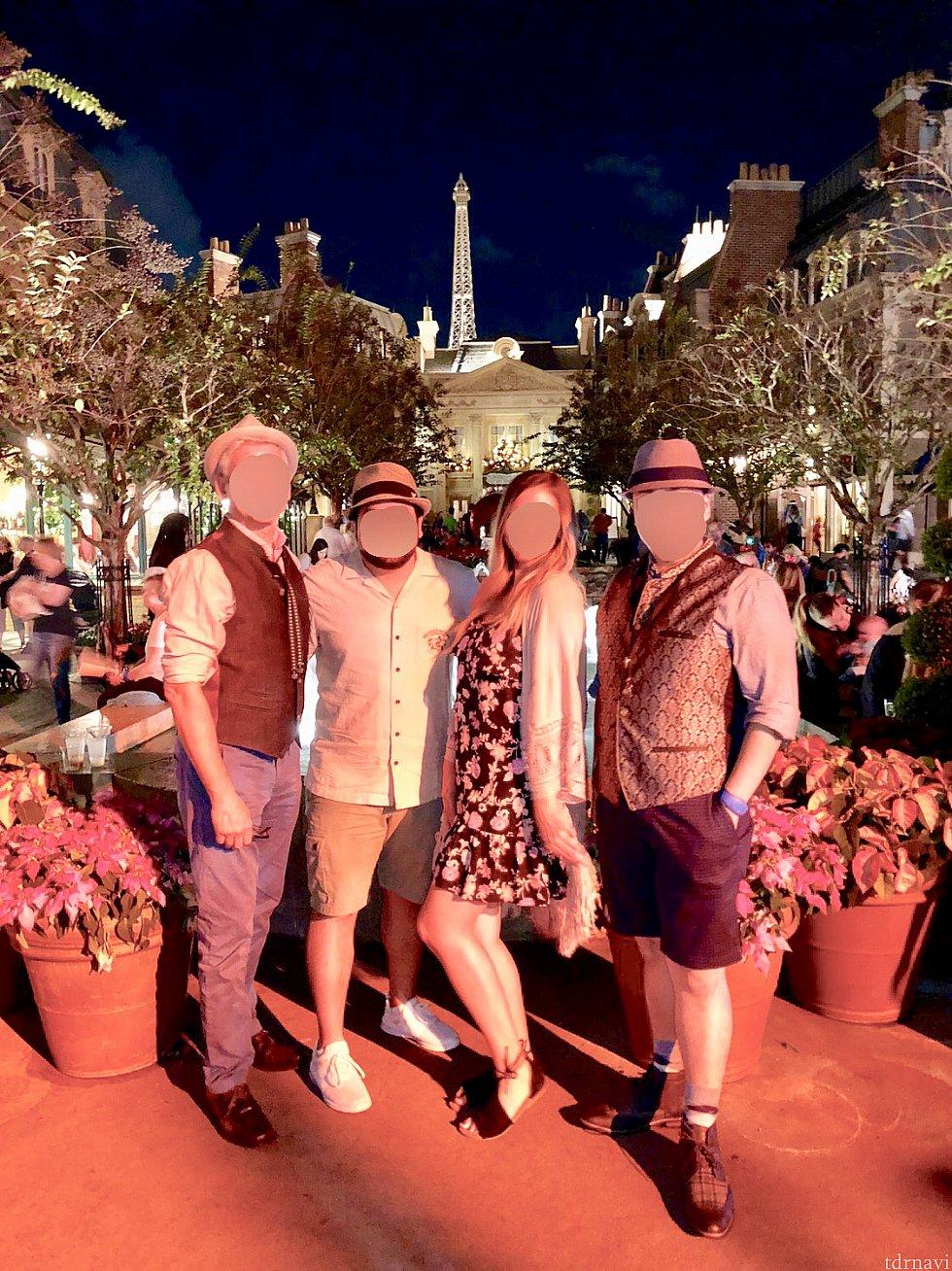 僕の友達グループと撮った一枚。僕は夏のドイツ旅行で購入したベストとネックレスでドイツの民族衣装で参加してみました。日本人がなぜドイツの?と突っ込まれそうですが、Dapper そのものも日本とはかけ離れているので、そこはご愛嬌。ドイツ館では無くフランス館で。それもご愛嬌。笑