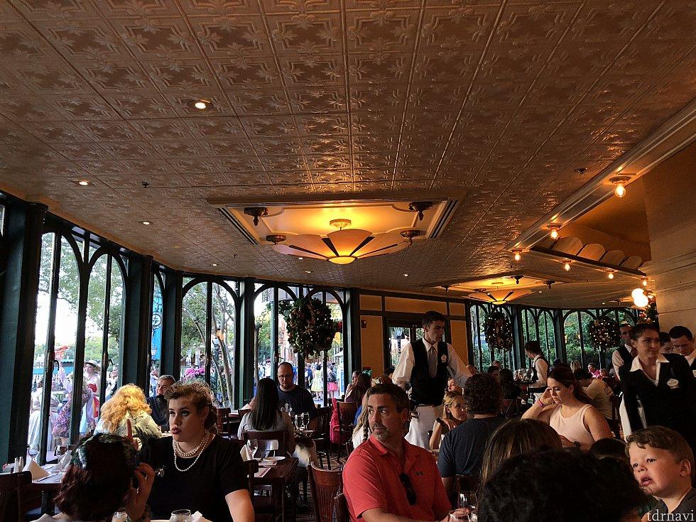 Dapper達もちらほら。とても大人気のレストラン。窓の外にも沢山のDapper さん。