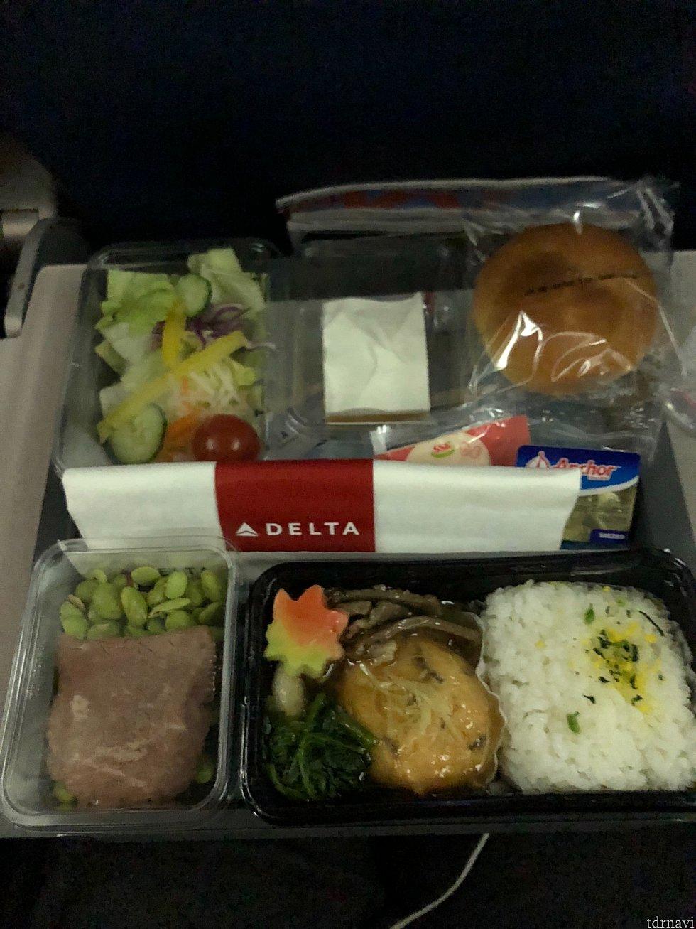 行きの機内食。牛肉とがんもどきの煮物みたいなのを選びました。美味しかったです。