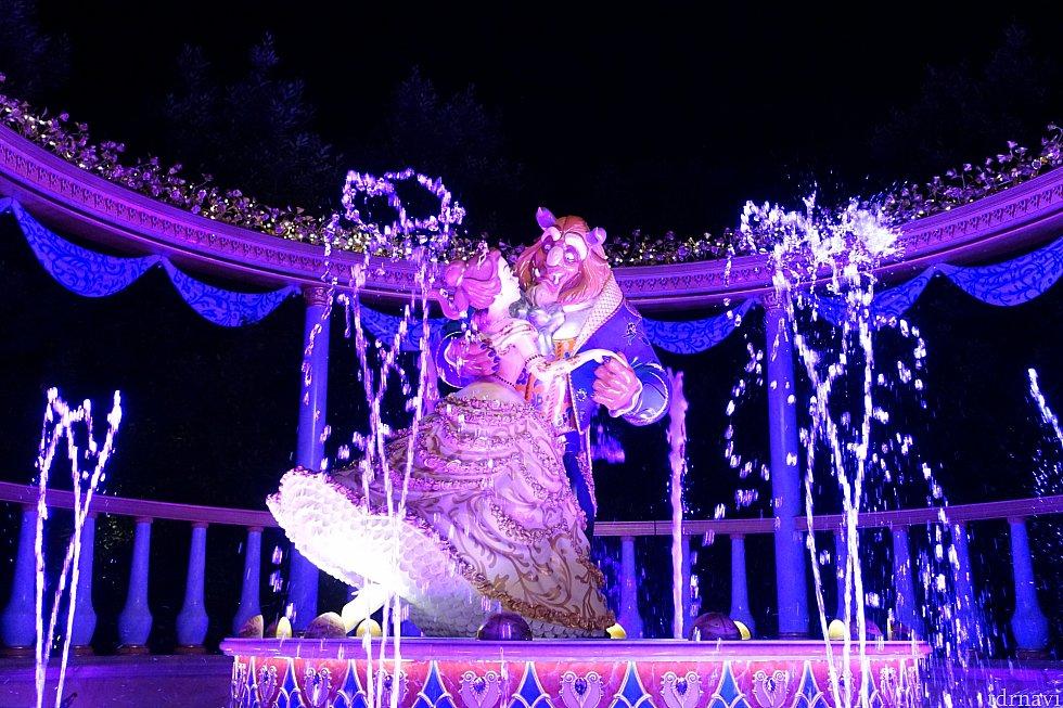 そして、こちらが夜のシーン。噴水にライティングされて幻想的に!