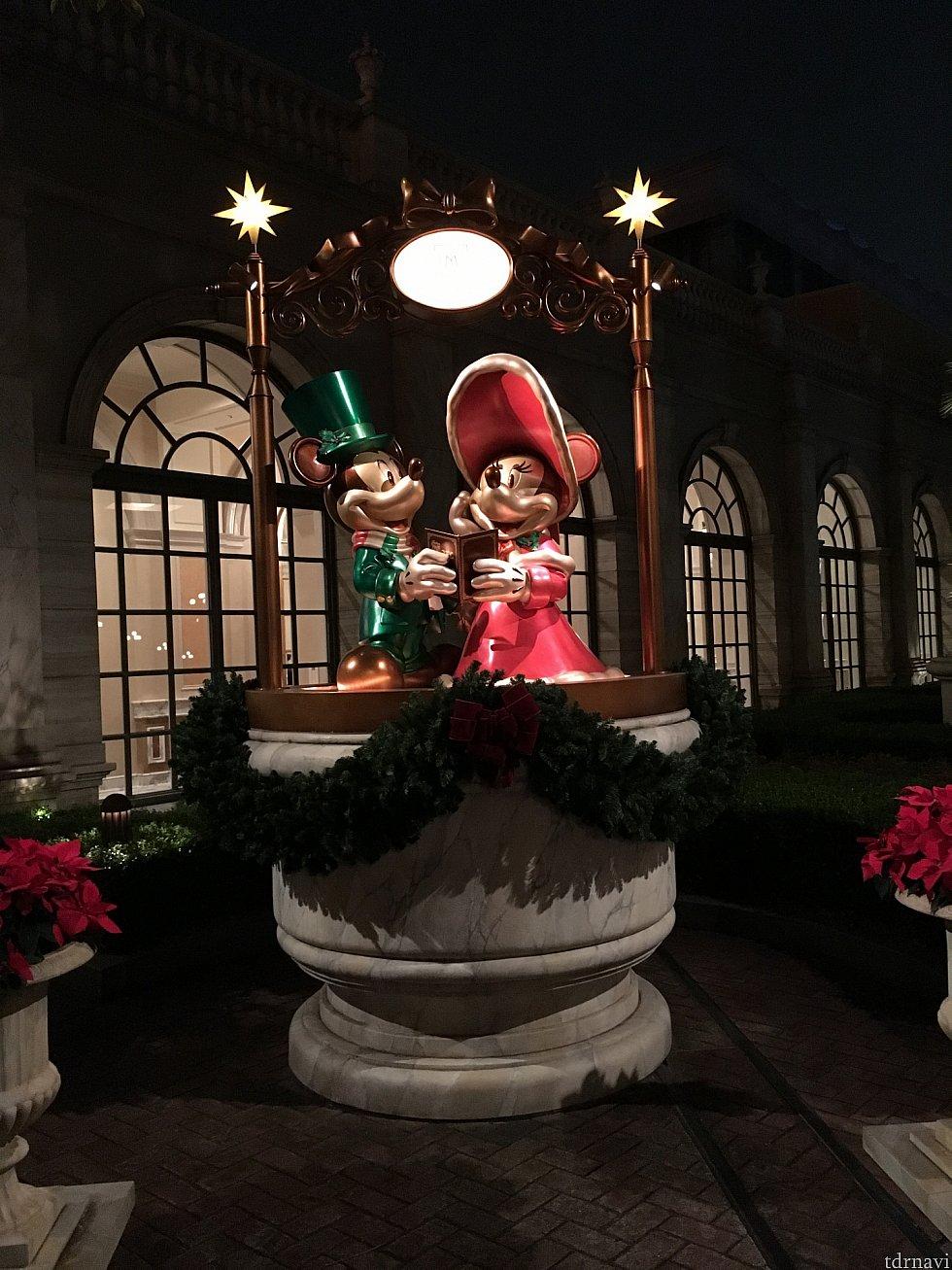 クリスマス期間は外のミッキーたちもドレスアップ