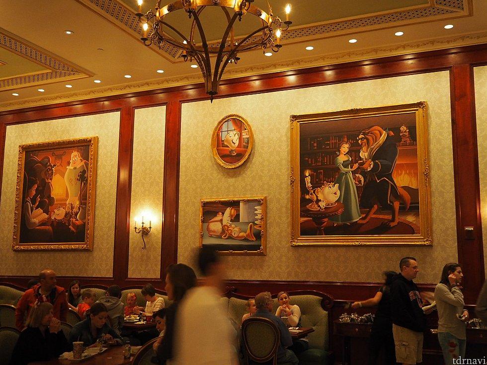 壁にたくさんの絵が飾ってありました。