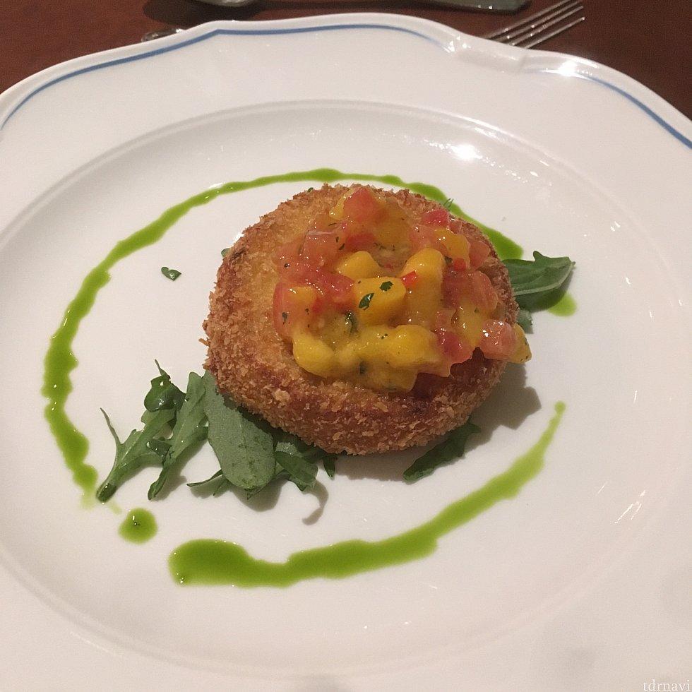【前菜】Crab Cake Topped with Mango Salsa naviのクチコミでお勧めになってたので、これにしました。クチコミ通り美味しかったです