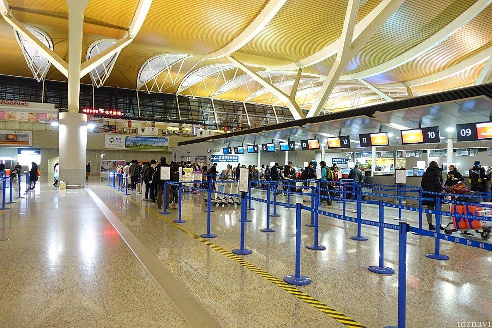 上海浦東国際空港のPeachカウンターは「第2ターミナルのH」。こちらは結構並んでました。