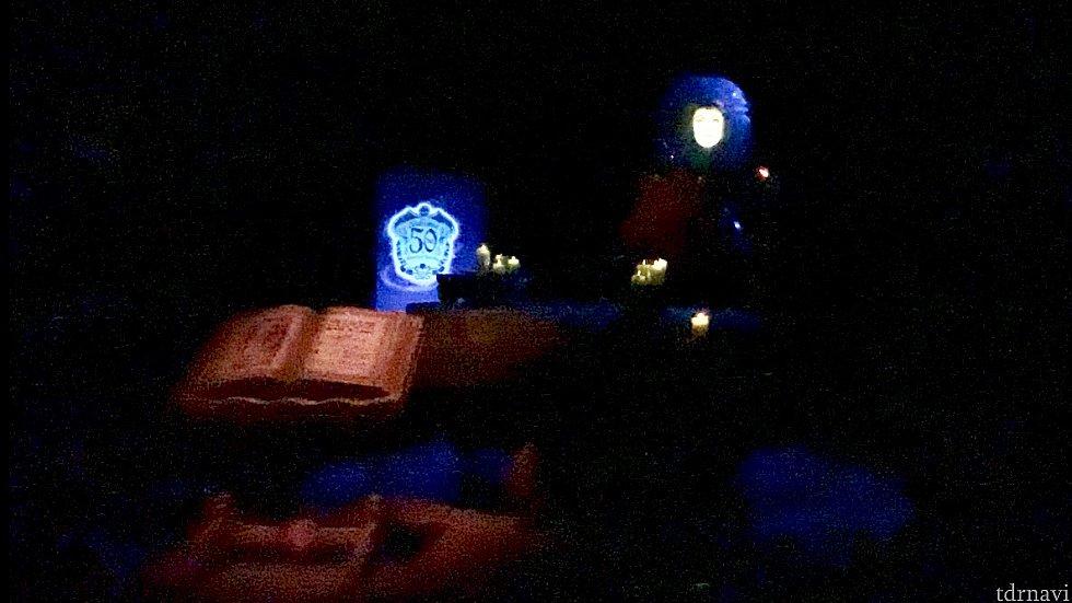 その6:マダムレオタの部屋 後ろにライトアップされたロゴがありました。