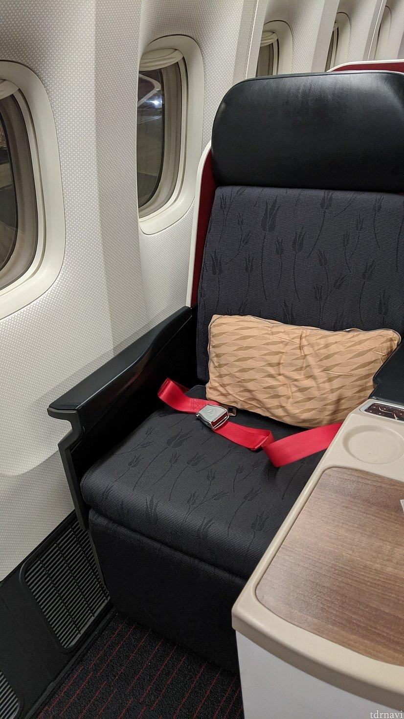 シート形状。<br> 寝るときは、マットをひいて、厚手のブラケット、枕もピローケースに入れてくれます。