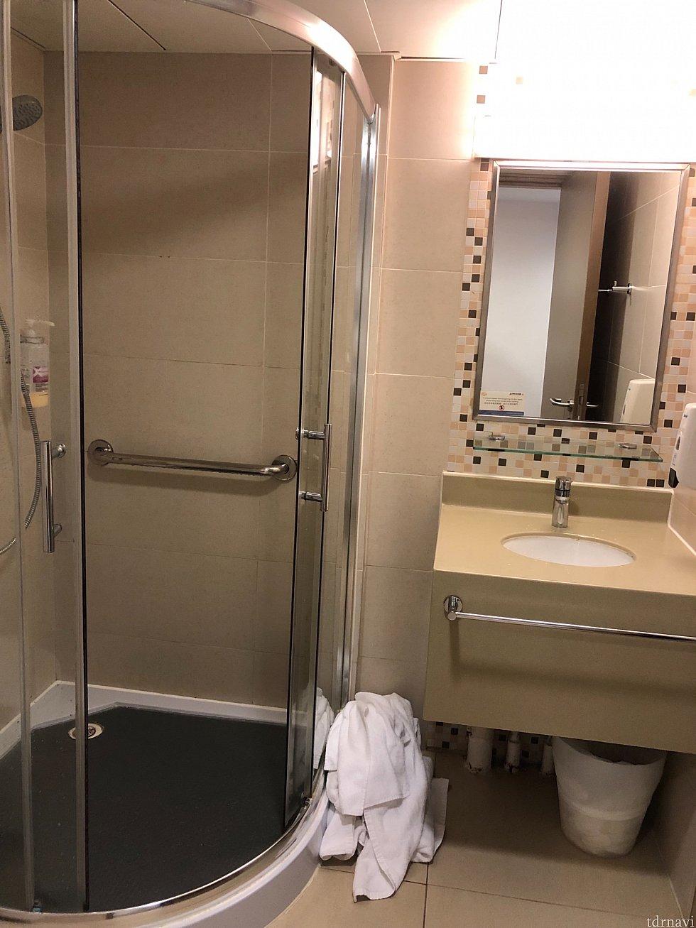 洗面所です。ハンドソープとフェイスタオルはありますがそれ以外はないです。