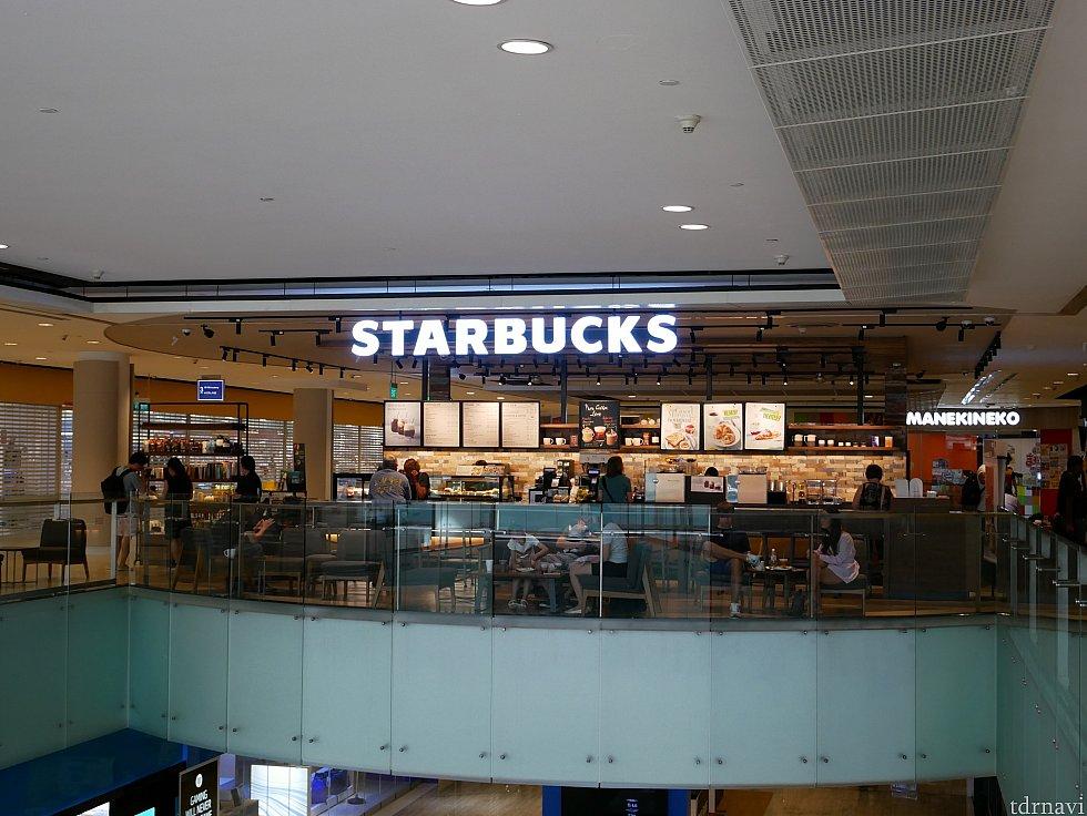 ロビーにある階段からショッピングセンターに直接入れます。 ショッピングセンターにはスターバックスがありました。