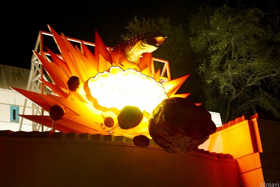 夜のアトラクションエントランス。ゲストはここから、「ダイノ インスティチュート」と言う恐竜の研究施設に案内されます。