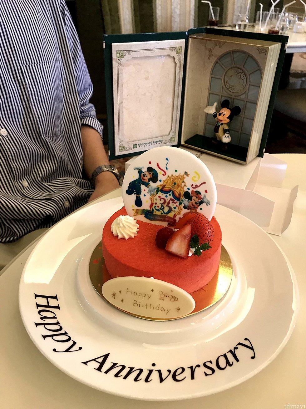 タラーン!35周年のプレートはお砂糖♪パリパリ ケーキの表面は、赤い粉だった!吹くと飛びます(笑)