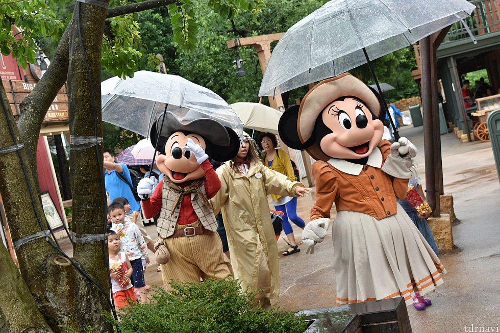 雨の中きてくれました! 現地の人達はキャラクターが来てから並ぶのが主流みたいです(^_^;)