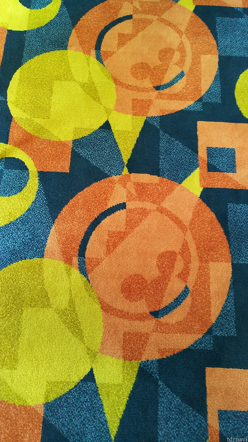 絨毯にもミッキー!赤と黄色が使われていますが、落ち着いた色合で気になりません