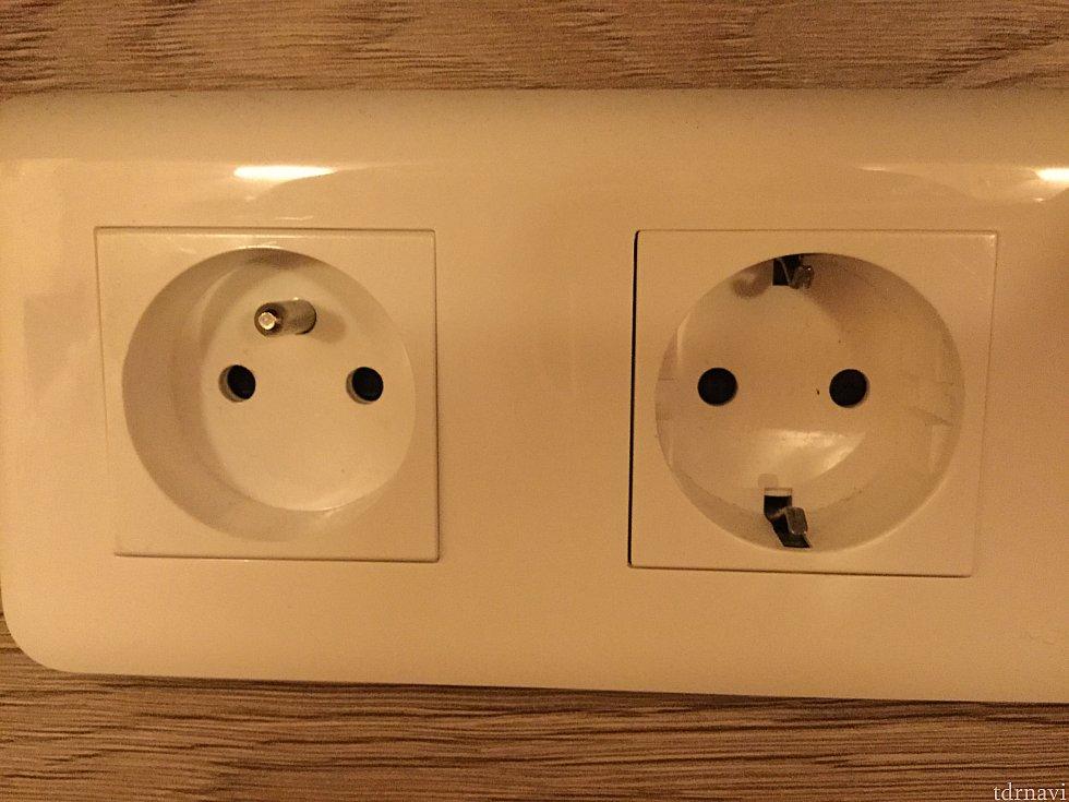 電源プラグの形状 丸い窪みの中に差込口があります