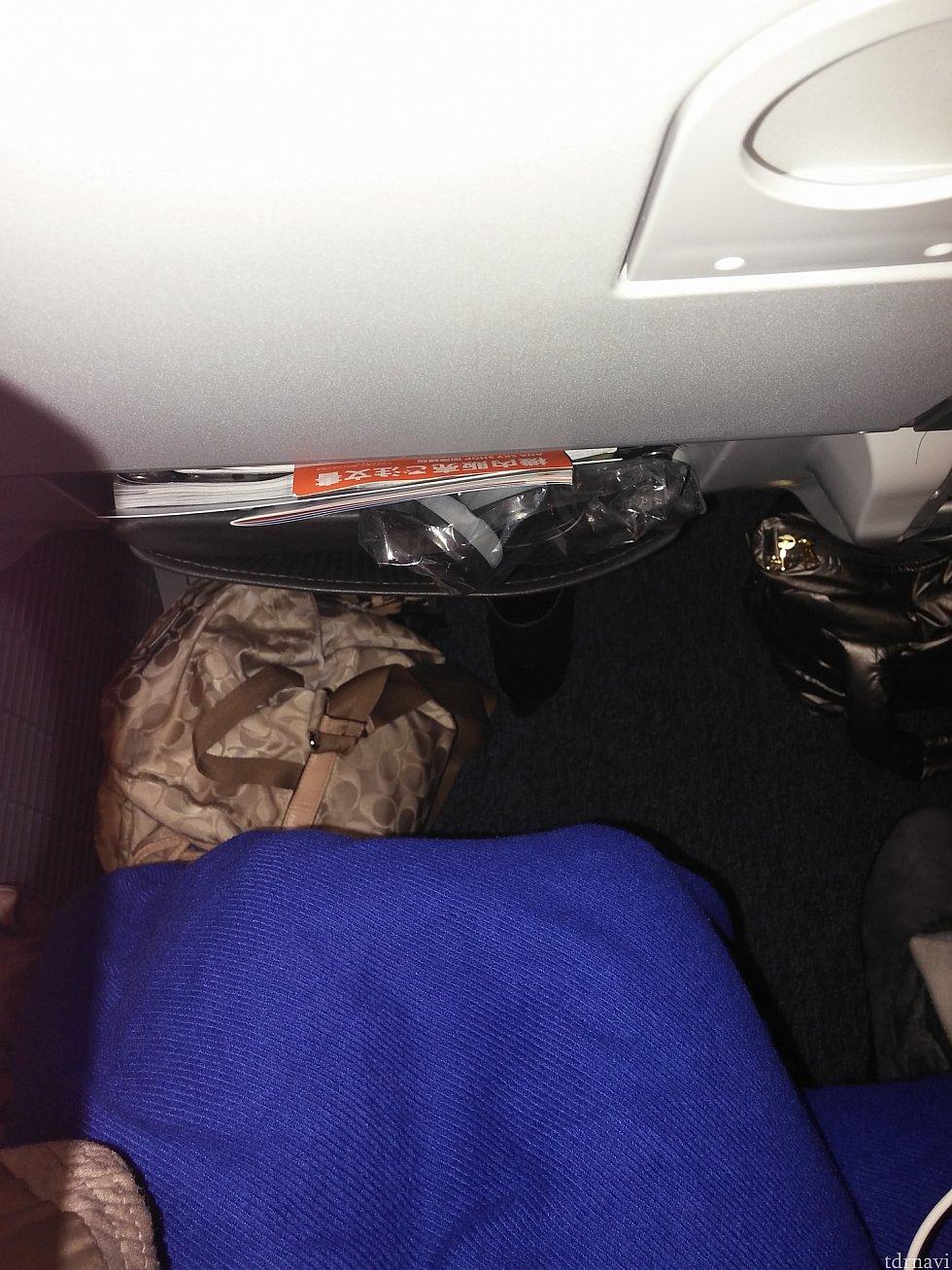【ANA】鞄が見苦しいですが、座って毛布かけてもこれくらいあります。
