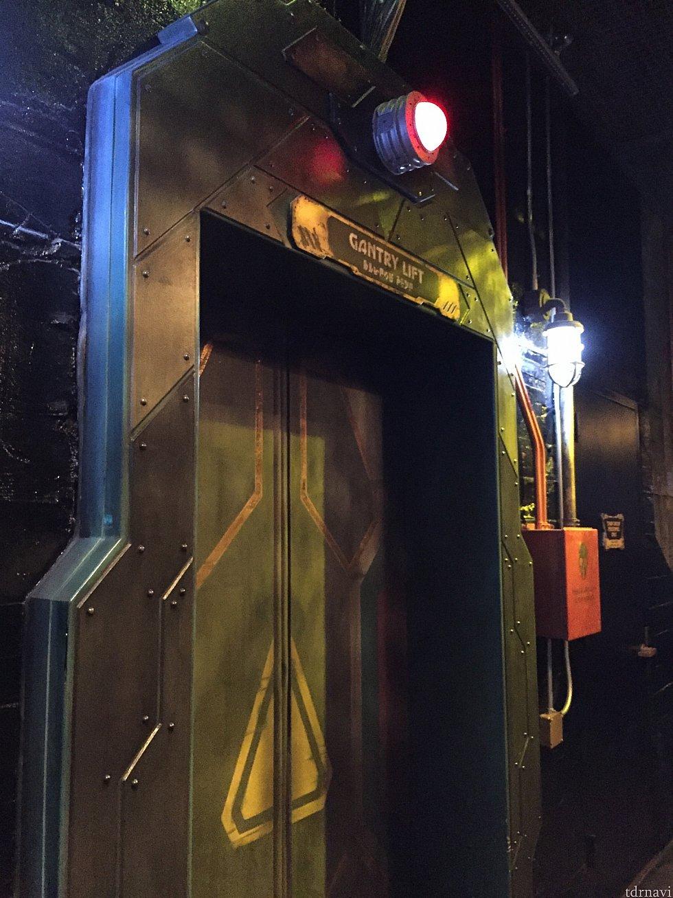 エレベーター。タワーオブテラーの時とは、これまた雰囲気が違います。