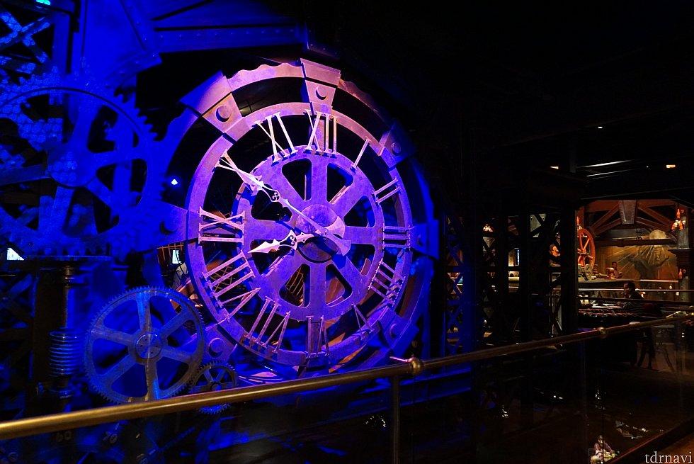 入口入ってすぐの所には大きな歯車時計が。