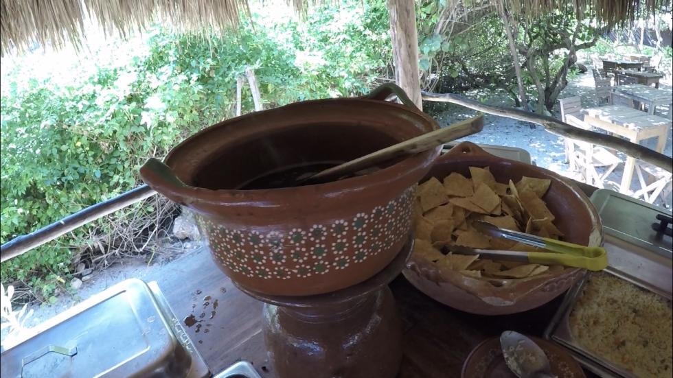 トルティーヤチップス。枚数の関係で全部は載せてませんが、BBQや野菜、アロス・アラメヒカーノ(メキシコのチャーハンみたいなもの)等の温料理もあって美味しかったです。