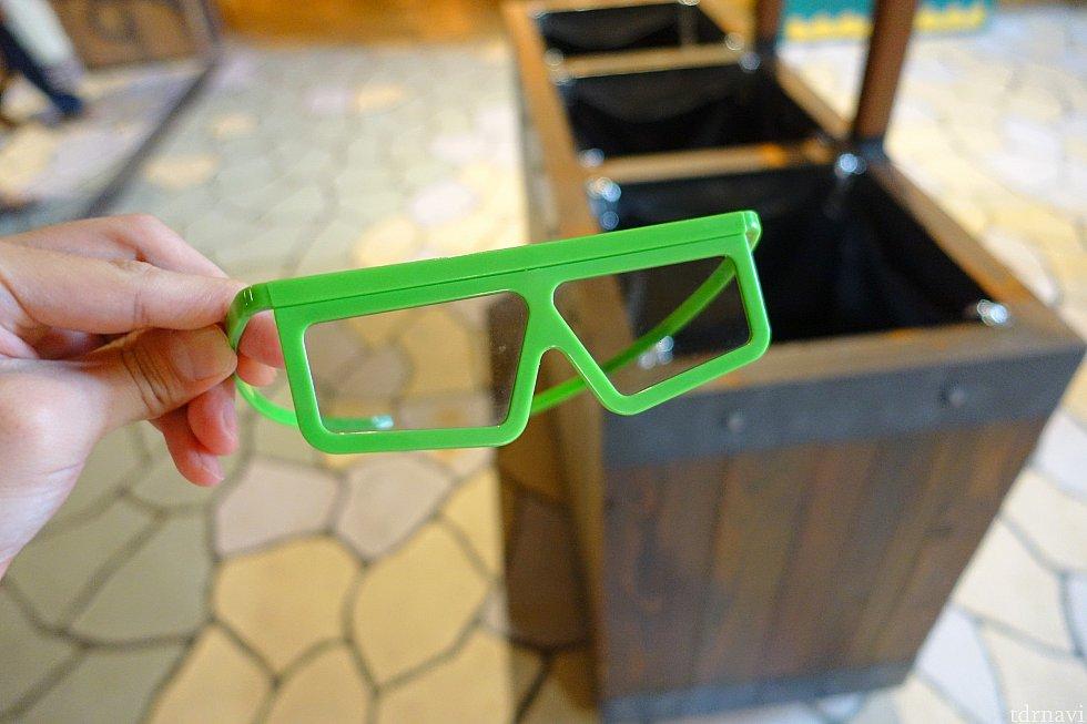 この3Dメガネをかけます。