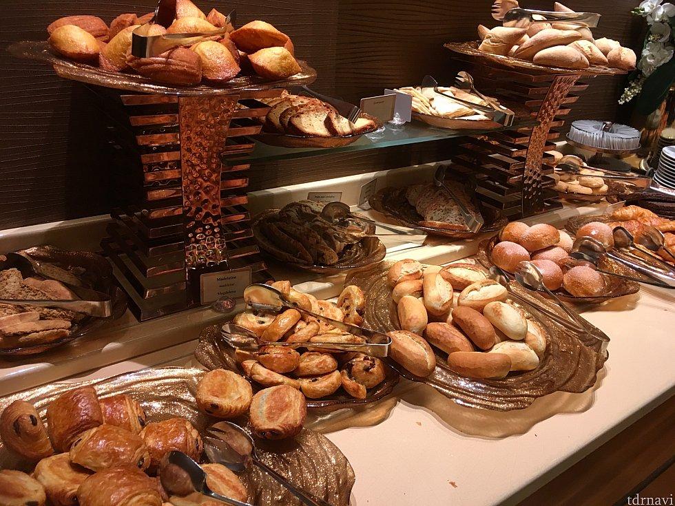 ここからは朝食を。7時半過ぎに入りましたが、数組がすでに食事していました。その後も続々とやってきます。そしてパンの充実ぶり!