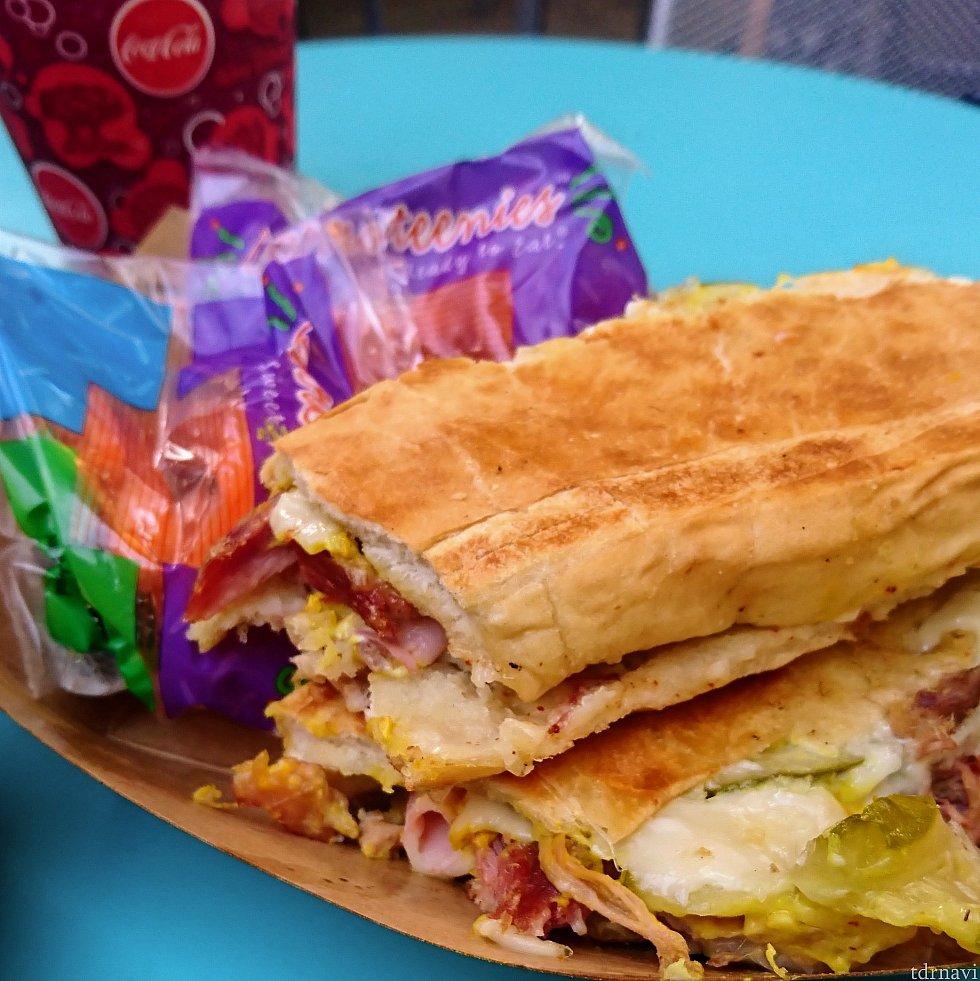 キューバン・サンドイッチ(11.99+税) パニーニ的なホットサンドイッチ。これもデカイ!半分に切った物が出てきました。少食の人なら、片側だけでお腹いっぱいかも😅