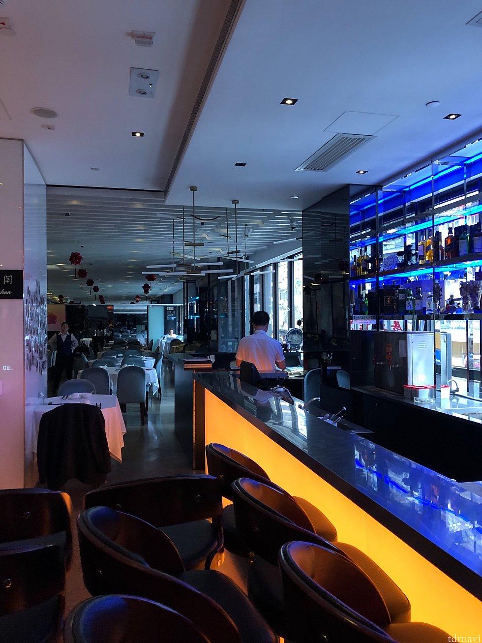 1階(日本でいう2階)にはバーとレストランがあります。