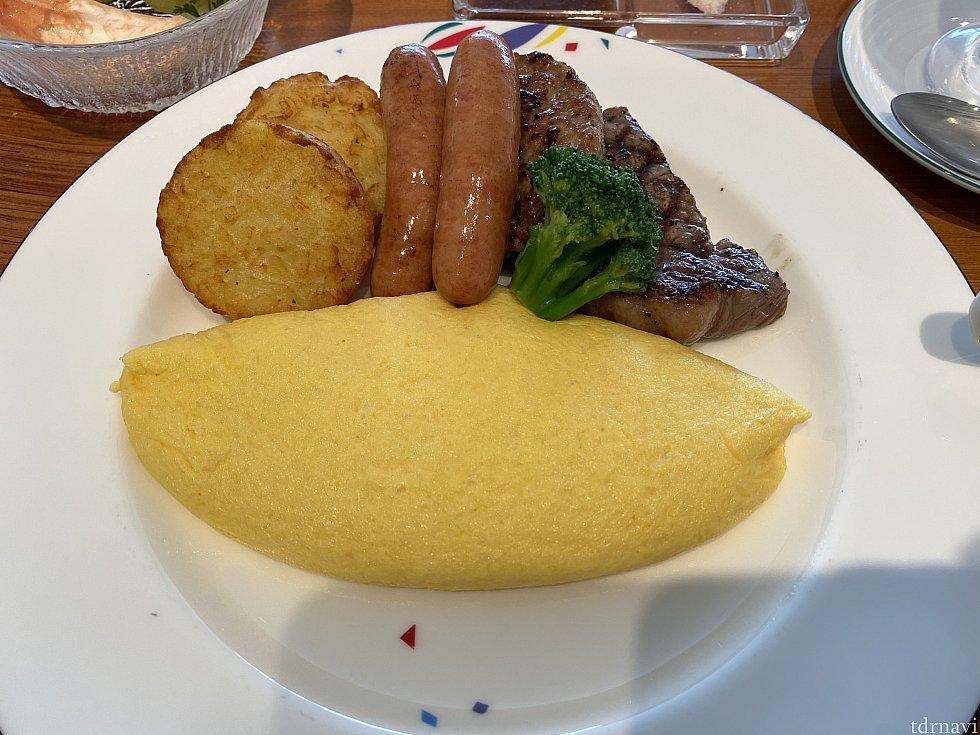オムレツの付け合わせにステーキやハンバーグもあるって凄い。