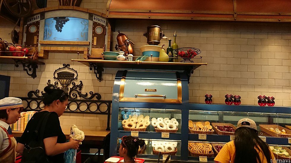 右側はパンやケーキ、スイーツ、飲み物が売っています。