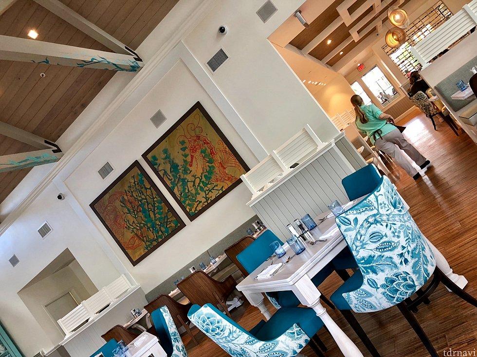 はっきり言ってディズニーのテーマレストランには見えないくらい、すっきりとしたインテリア。綺麗な色の生地が張られた椅子は座り心地が良かったです。