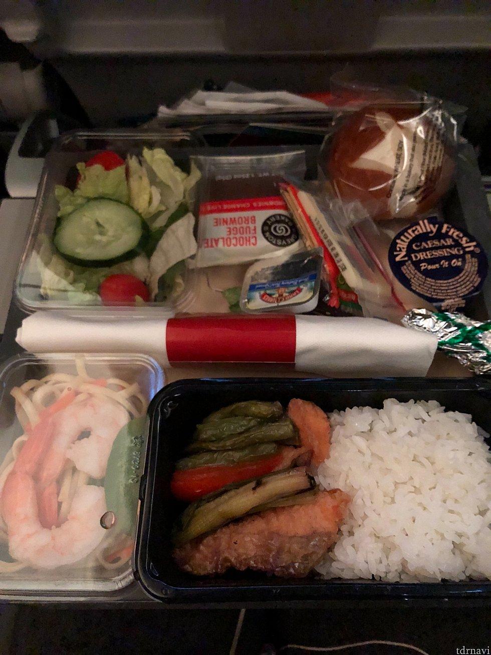 帰りの機内食です。鮭の山椒焼きを選びました。パンはいつも冷えてて固いです。