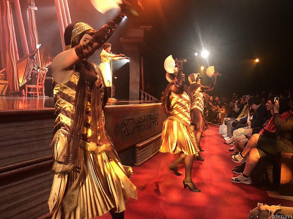 ダンサーがステージ前で踊るので迫力があります。 💃🕺
