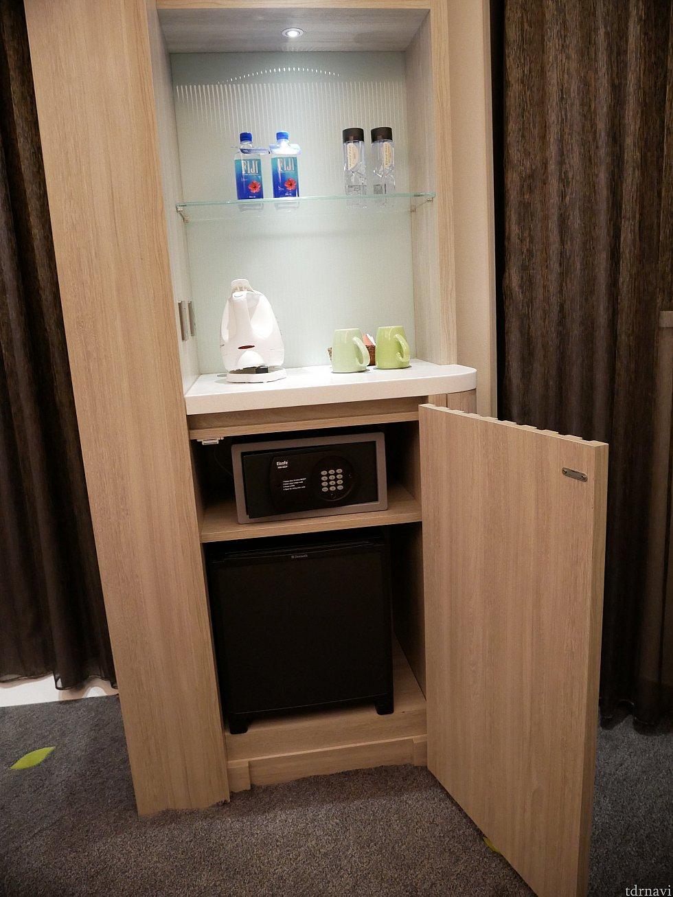 無料の水と有料の水(FUJI)があります。 金庫と冷蔵庫もあります。