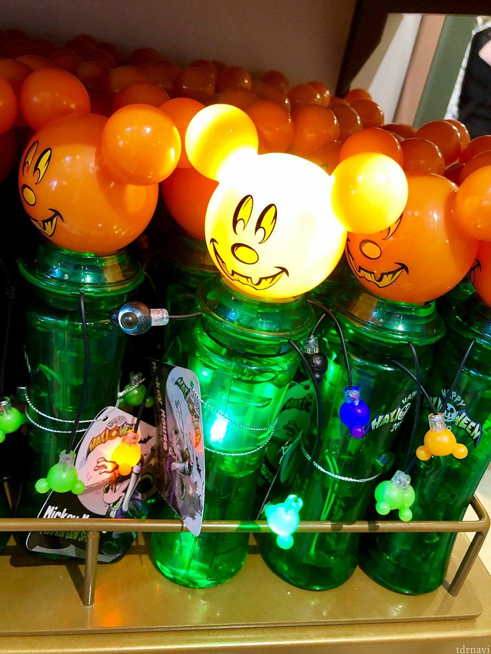 光り物繋がりですが、こちらはクルクル回ります。Mickey Halloween Glow Spinnerは$15.96