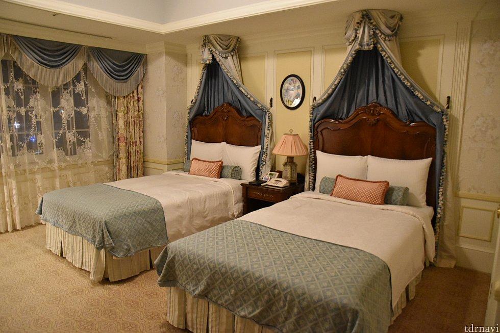 ベッドルームです。上からカーテンのようなものが伸びていて、ゴージャスかつかわいい…♡
