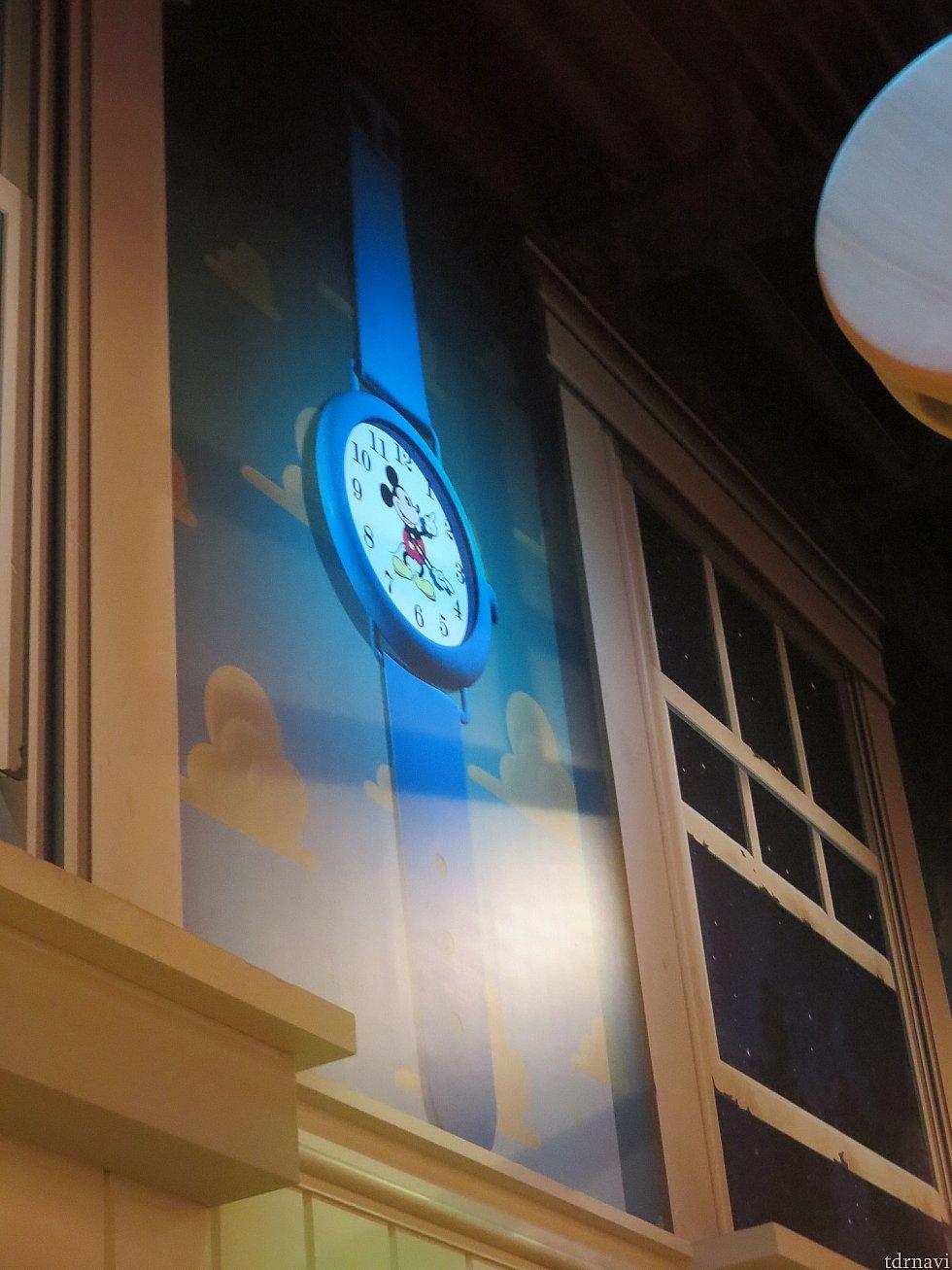 外は夜で真っ暗。時計はよくみるとミッキー!ウッディ達にとって腕時計はこれくらいのサイズなんだね!