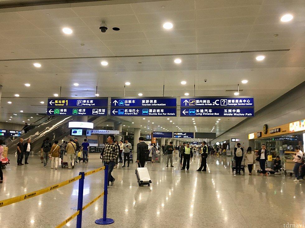 浦東空港T2の入国後のロビーです。一番左の案内看板下段にHotelとの表記が。これに沿って進みます。