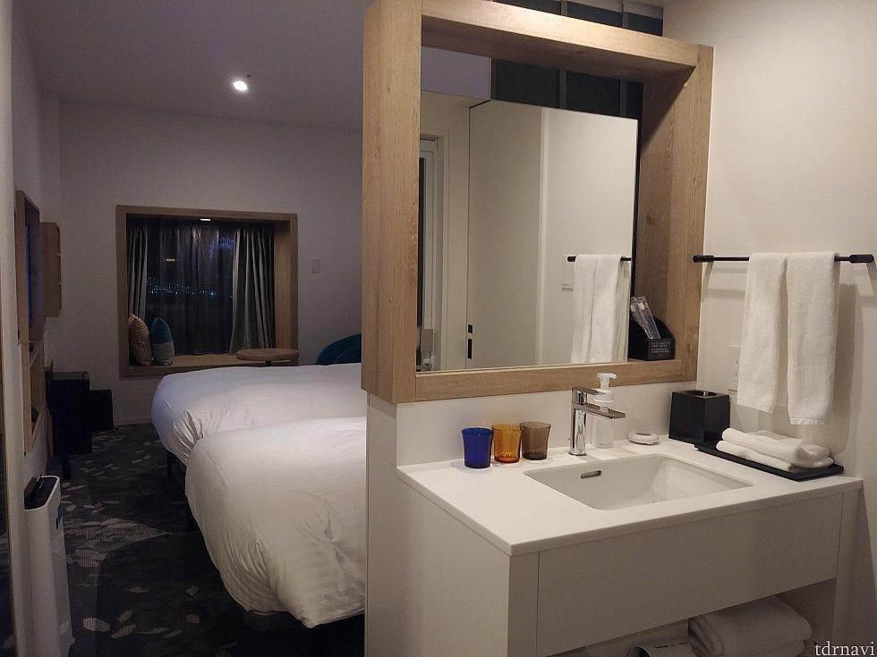 プレミアムツインのお部屋。<br> 窓側のベッドはトランドルベッドが収納されてます。
