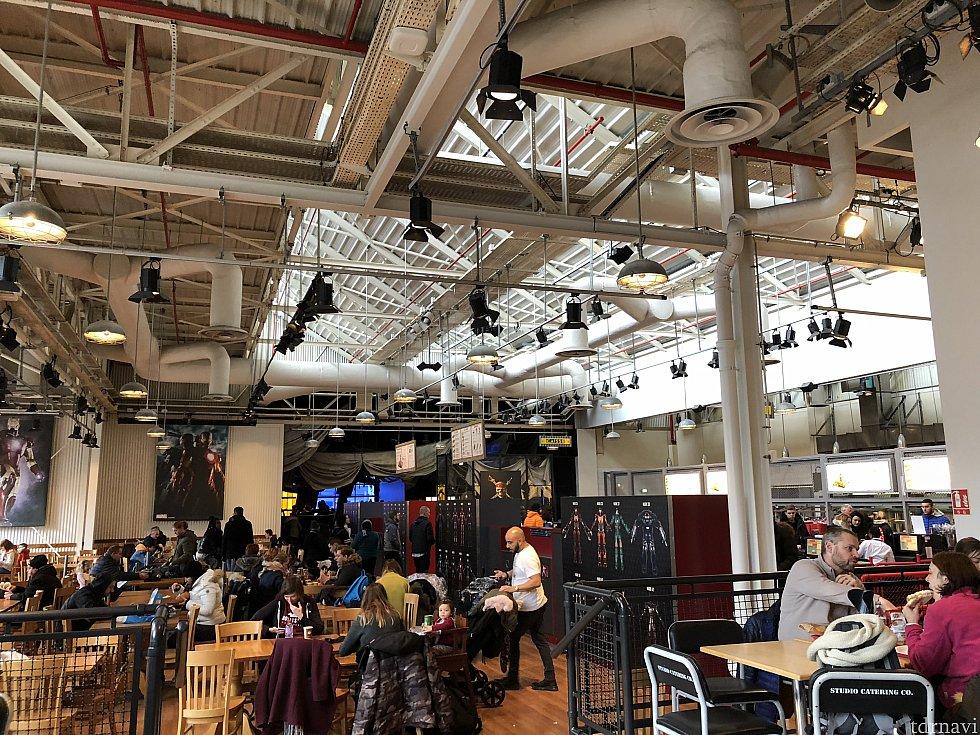 レストラン内です。 結構広いレストランですので、席が見当たらないということは無いようです。 (ちなみに撮影は土曜日の12時頃の写真です)