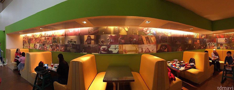 サニーサイドカフェの席。 壁にはトイストーリーの名シーン。ずっと座ってられます(笑)