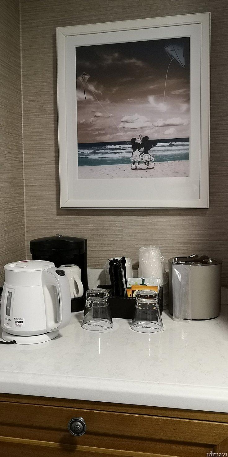 ケトルは自分たちで持っていきました。この下にある冷蔵庫も日本のものとあまり変わらず使いやすかったです。コーヒーが美味しかった!