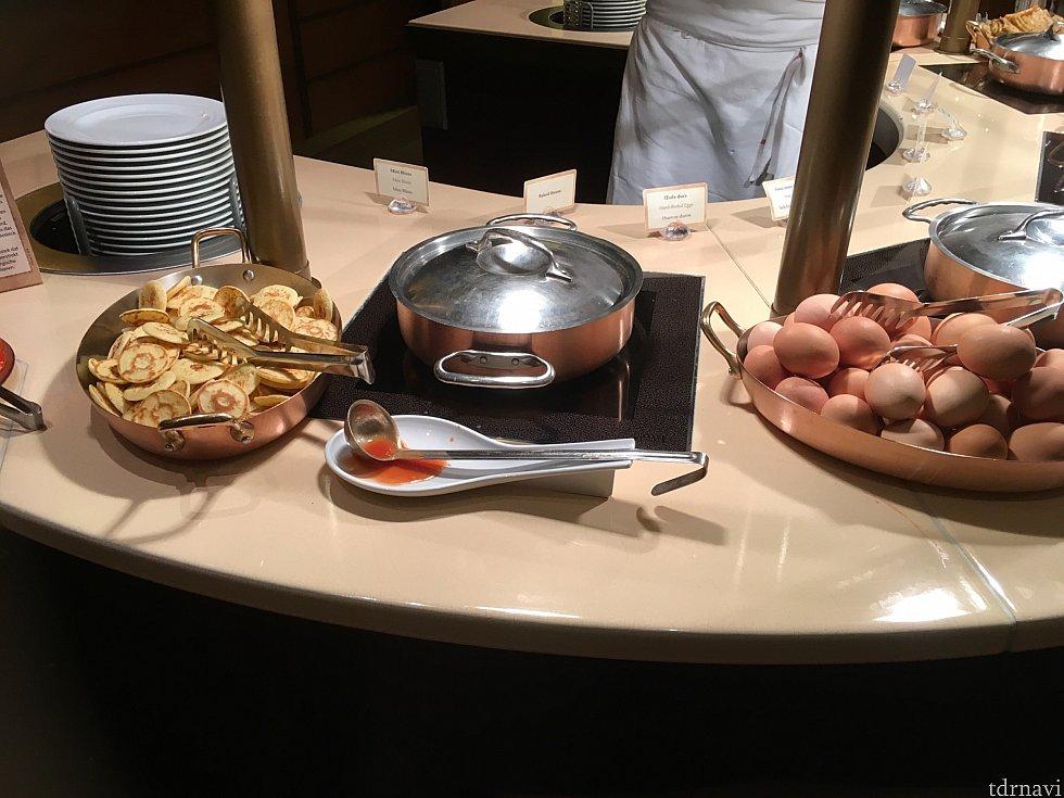 暖かい食事も色々。鍋の中は豆の煮込みや、