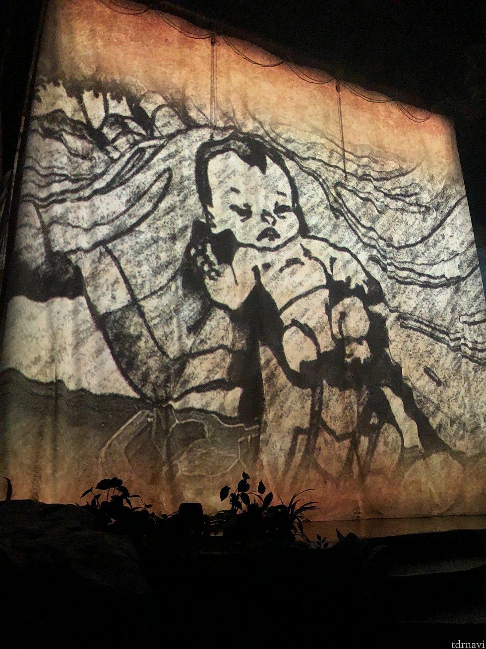 オープニングはこの幕にターザンの生い立ちが映し出されます。