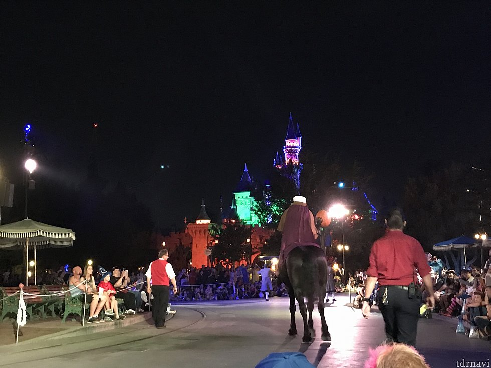 パレード前に首なし騎士がやってきます。本物の馬がよりリアルな世界観をひきだしています。