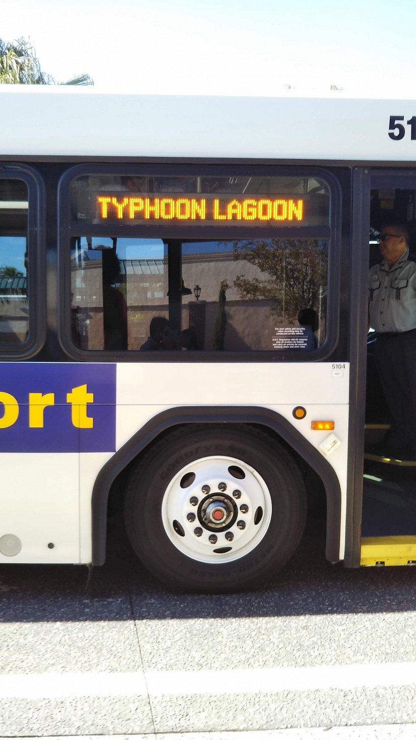 バスが来たので向かいます。オープン時間にちょうど良い時間のバスは割と混んでる。
